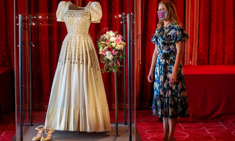 Beatriz de York posa junto a su vestido de novia dos meses después de dar el 'sí, quiero' por sorpresa