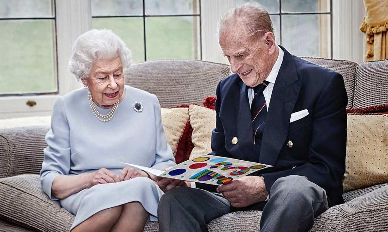 George, Charlotte y Louis sacan una sonrisa a Isabel II y Felipe de Edimburgo por... ¡su 73º aniversario de boda!