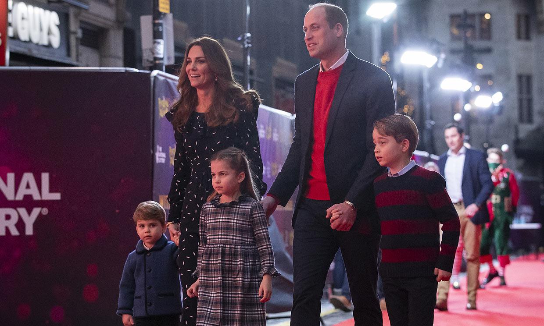 ¡Magia, música y diversión! Los duques de Cambridge llevan a sus hijos a un espectáculo navideño