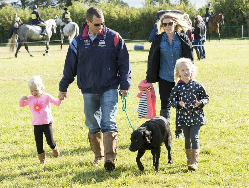 Peter y Autumn Phillips con sus hijas Savannah e Isla