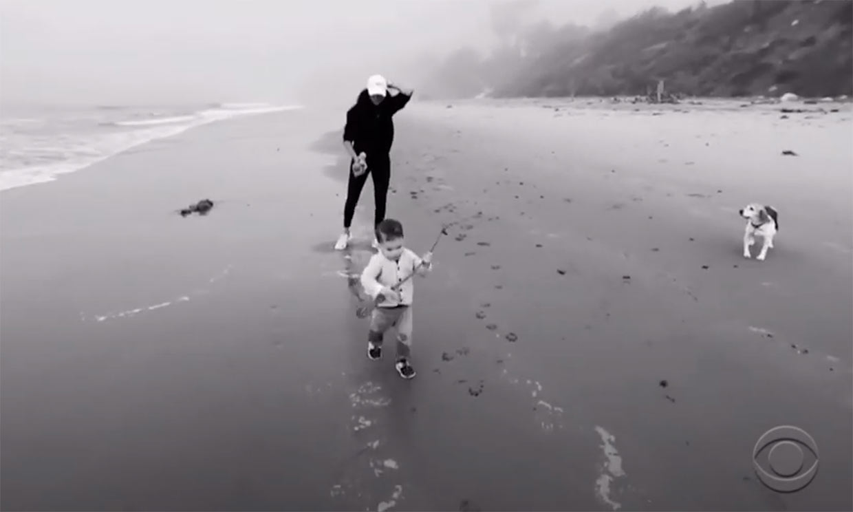 La inesperada aparición de Archie corriendo en la playa