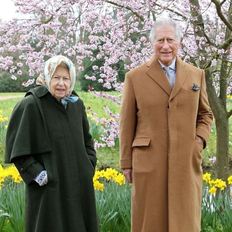 Isabel II y el príncipe Carlos: risas y distancia social en su reencuentro en Windsor