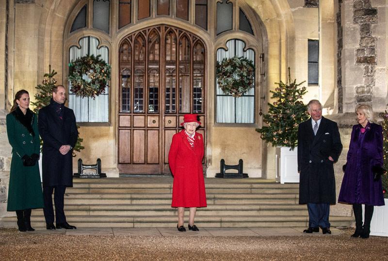 Isabel II y el príncipe Carlos pasean por Windsor
