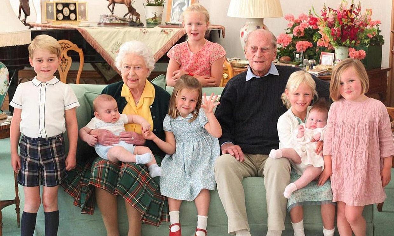 La Familia Real homenajea al duque de Edimburgo en su papel como bisabuelo con unas imágenes inéditas