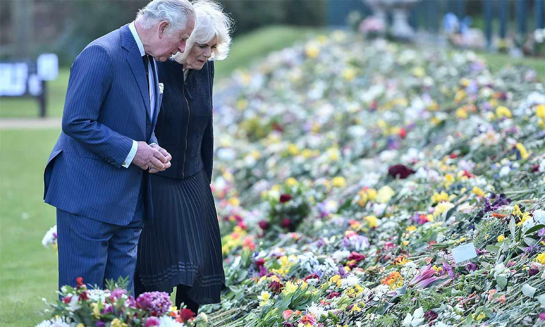 El príncipe Carlos y Camilla de Cornualles visitan emocionados el homenaje al duque de Edimburgo en Marlborough House