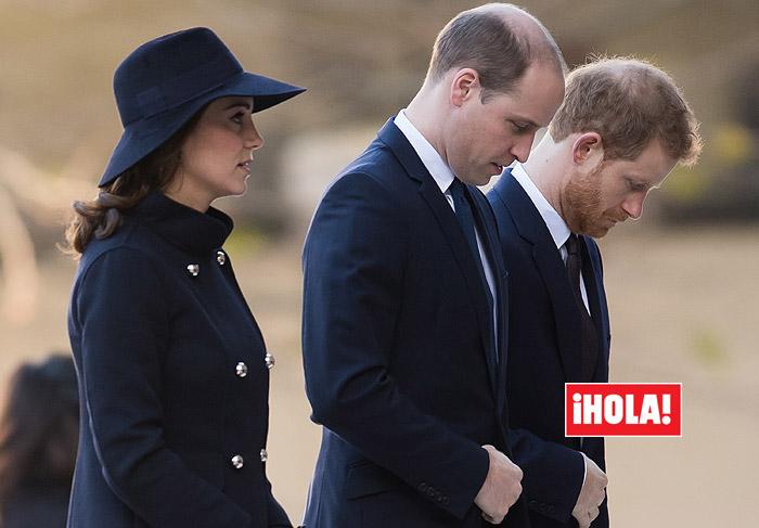 Los príncipes Guillermo y Harry con Kate Middleton