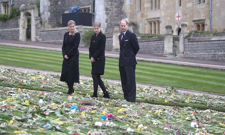La emoción de los condes de Wessex y su hija al visitar el homenaje improvisado al duque de Edimburgo