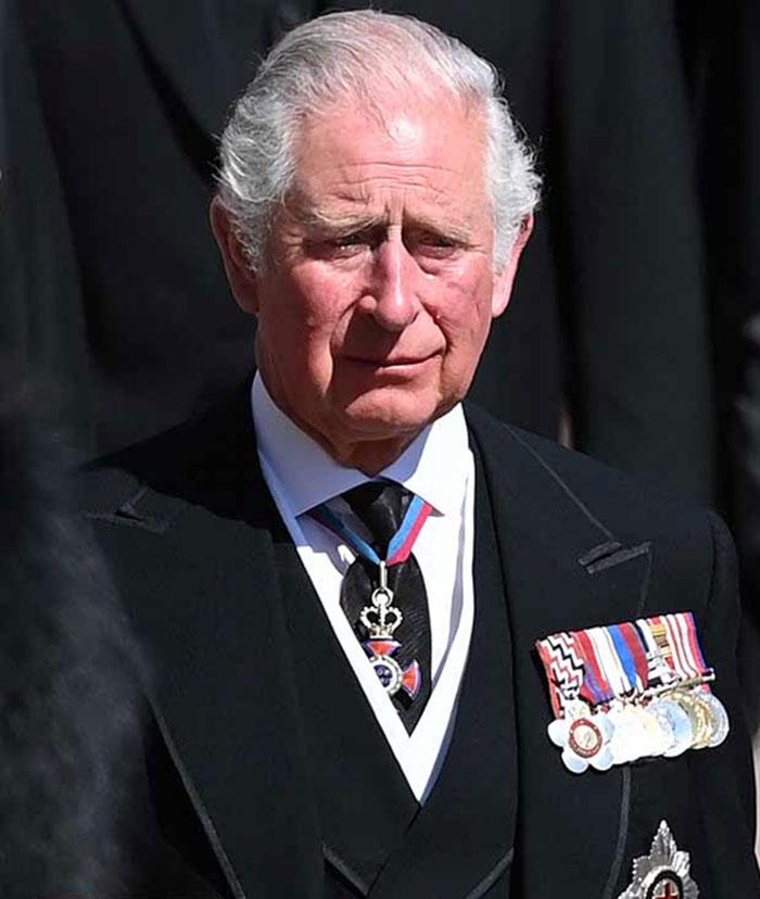 El príncipe Carlos, abatido en el funeral por su padre
