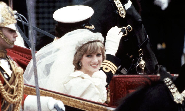 Los príncipes Harry y Guillermo dan su consentimiento para exponer el vestido nupcial de Lady Di