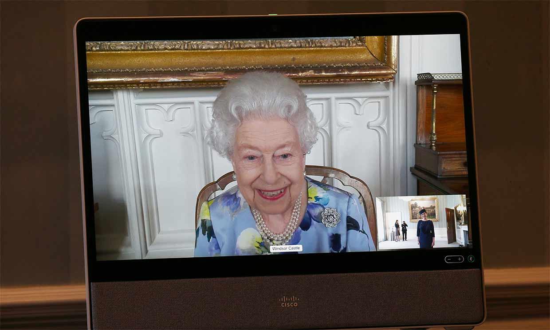 Isabel II se despoja del luto en su primer acto oficial tras el funeral de su marido