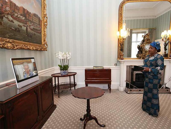 Isabel II, en su primer acto oficial diez días después del funeral de su  esposo - Foto 1