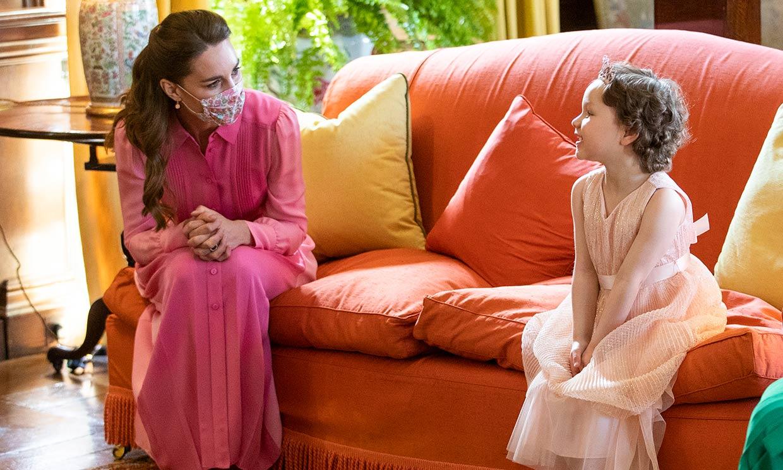 La duquesa de Cambridge se viste de princesa para cumplir la promesa que le hizo a una niña