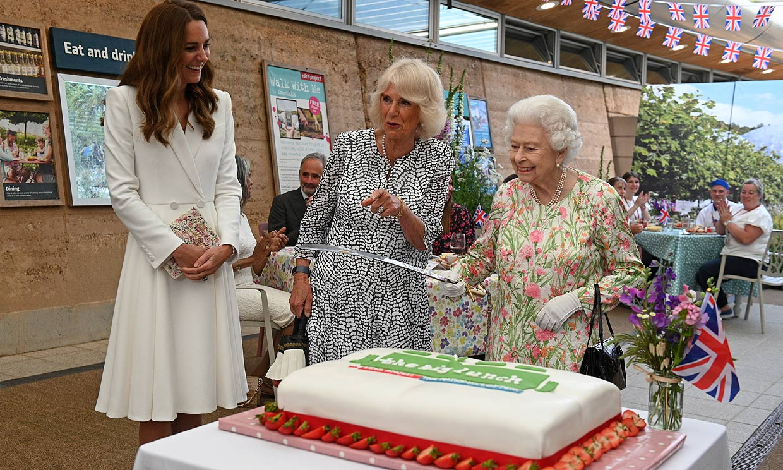 Isabel II, junto a su familia, ejerce de anfitriona de los líderes del G7