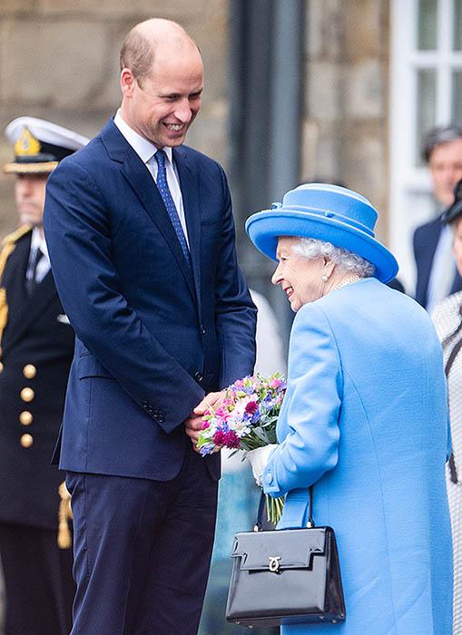 Isabel II y el príncipe Guillermo en Edimburgo