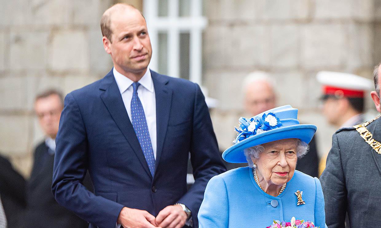 El príncipe Guillermo, el mejor apoyo de Isabel II en su primer viaje tras la muerte del duque de Edimburgo