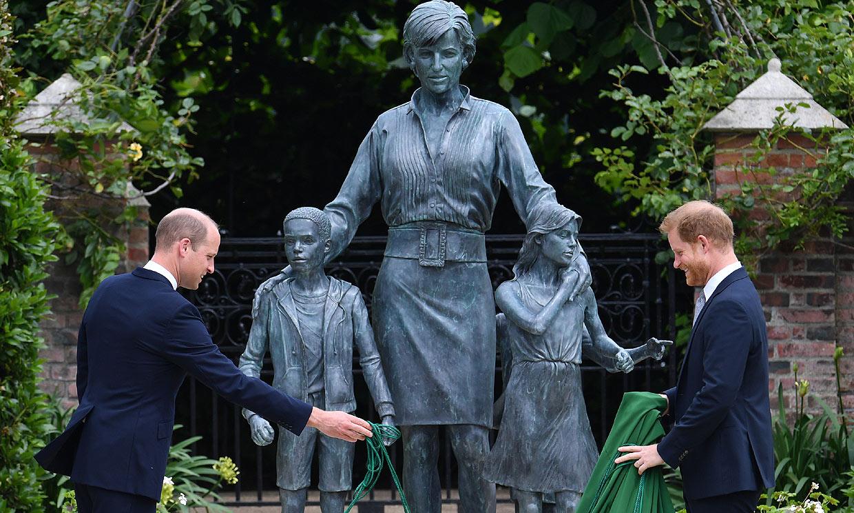 Así ha sido el esperado reencuentro entre los príncipes Guillermo y Harry en el homenaje a su madre por su 60º cumpleaños