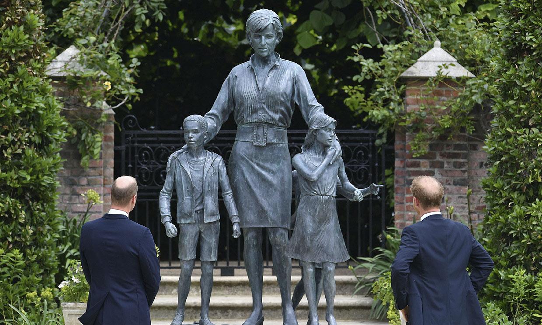 ¿Por qué aparece con tres niños? Todos los mensajes de la estatua de Diana de Gales