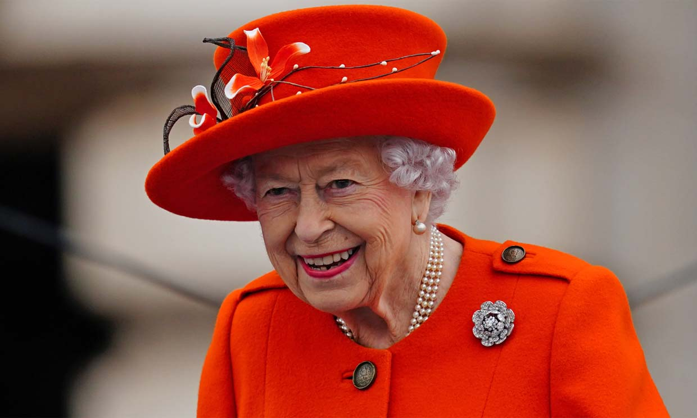 De naranja y sin perder la sonrisa en ningún momento: Isabel II vuelve a Buckingham