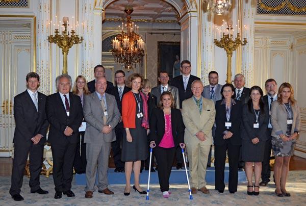 María Teresa de Luxemburgo, con muletas, en su reaparición oficial tras su operación de rodilla