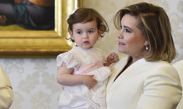 La pequeña Amalia de Luxemburgo, enorme protagonista en la visita de la Familia Ducal al Papa