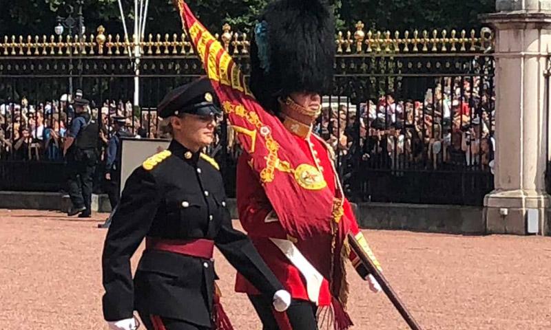 ¿Reconoces a este guardia que custodia el palacio de Buckingham? Es un príncipe extranjero