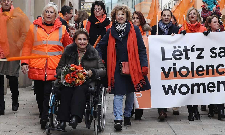 En silla de ruedas, con o sin muletas, María Teresa de Luxemburgo no abandona su agenda