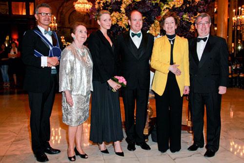 Alberto de Mónaco y Charlene Wittstock junto a los invitados a la gala solidaria