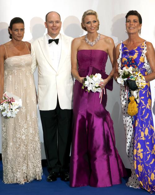 Príncipe Albert com sua esposa e suas irmãs, Stephanie e Caroline de Mônaco