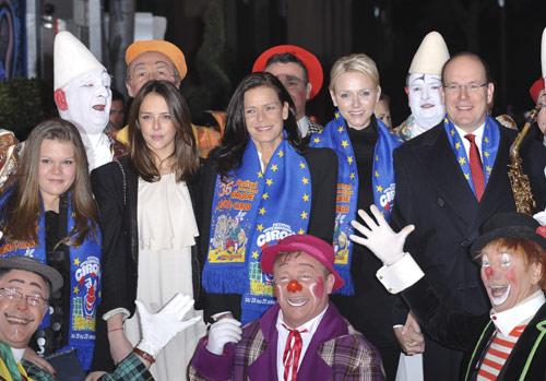 Alberto y Charlene de Mónaco y la princesa Estefanía con sus hijas inauguran la 36ª edición del Festival Internacional de Circo