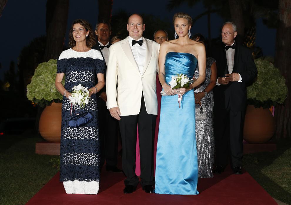 Charlene y Carolina de Mónaco, elegancia y femineidad en el Baile de la Cruz Roja