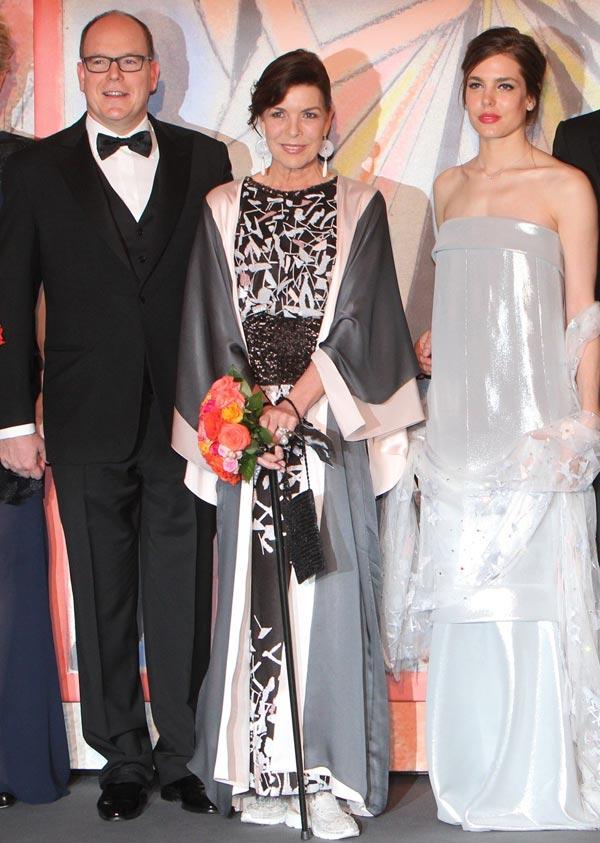 Carolina de Mónaco no pierde el 'glamour' ni convaleciente y con bastón