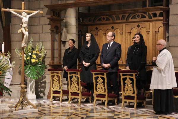 La Familia Real de Mónaco recuerda al príncipe Raniero con una misa celebrada por el décimo aniversario de su muerte