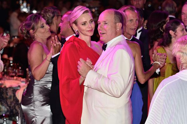 Alberto y Charlene se pierden el fin de fiesta por el Baile de la Cruz Roja