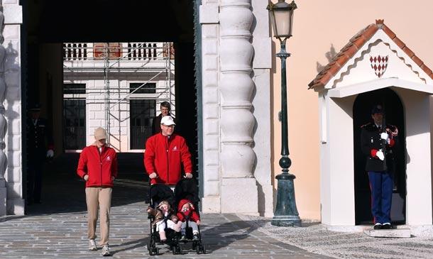 Los príncipes Alberto y Charlene recorren con sus hijos las calles de Mónaco