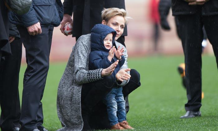 Charlene de Mónaco lleva a su hijo Jacques a su primer partido de rugby