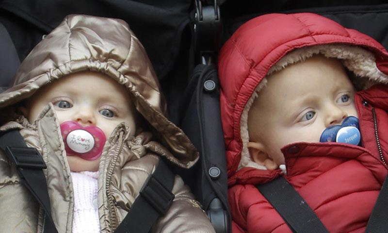 En ¡HOLA!: Jacques y Gabriella, los pequeños Príncipes de Mónaco, descubren la nieve en brazos de mamá