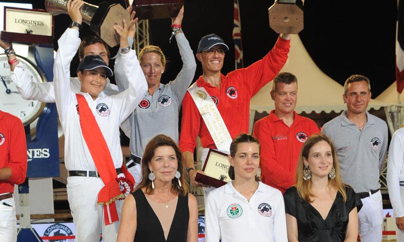 El equipo patrocinado por ¡HOLA! recibe ánimos de Alberto de Mónaco y su premio de manos de Carolina de Mónaco y Carlota Casiraghi