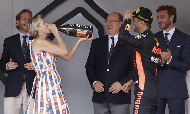 Muchas risas y una ducha de champán: Charlene de Mónaco, como nunca la habíamos visto