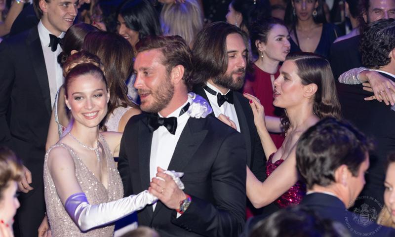 Los gestos románticos, el ritmo de los Grimaldi y el tributo a Lagerfeld: anécdotas del Baile de la Rosa
