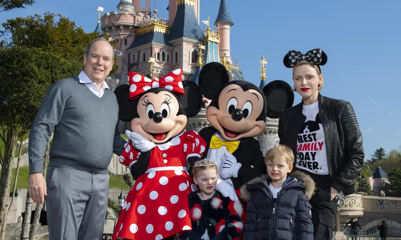 Alberto y Charlene de Mónaco y sus mellizos, viaje de cuento a Disneyland Paris
