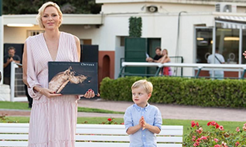 Charlene de Mónaco y su hijo Jacques, protagonistas de una carrera de caballos solidaria