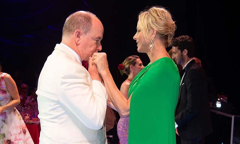 Alberto y Charlene, derrochan complicidad en la otra gran cita de Mónaco: el baile de la Cruz Roja