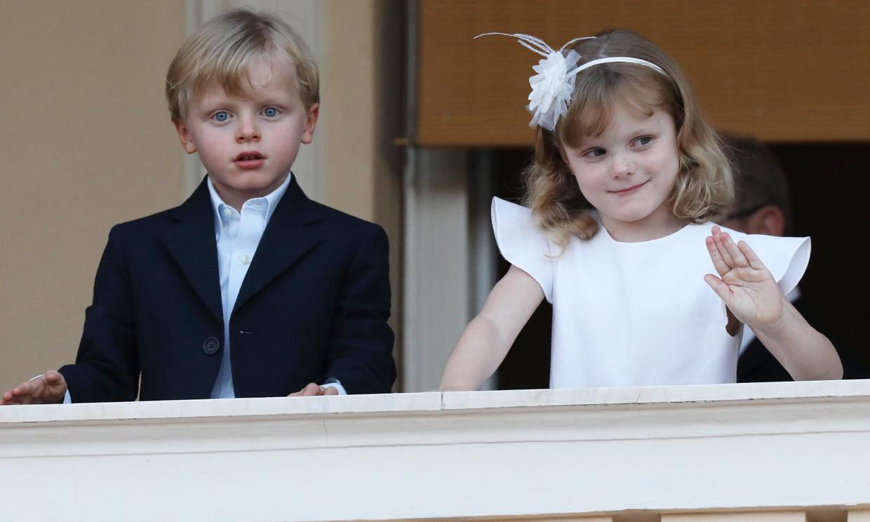 Elegantes y coquetos, Jacques y Gabriella de Mónaco inauguran el verano desde el balcón Grimaldi