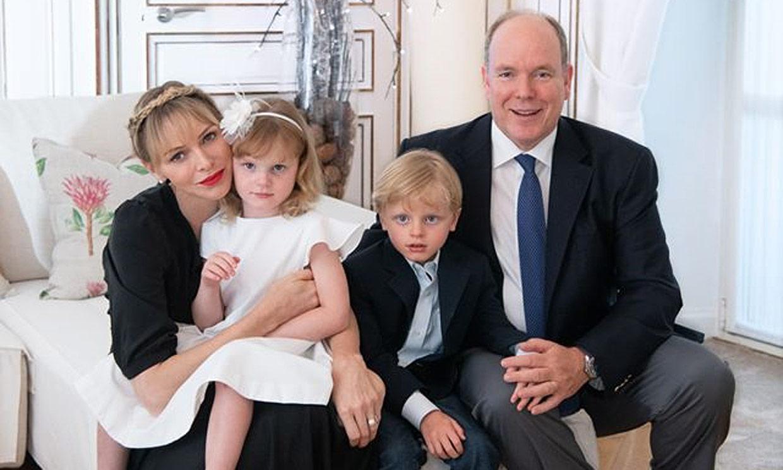 Alberto y Charlene de Mónaco celebran su aniversario con una estampa familiar de lo más 'glamourosa'