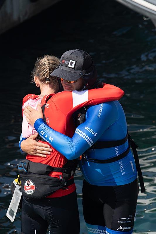 Charlene se abraza a su hermano tras lograr la victoria