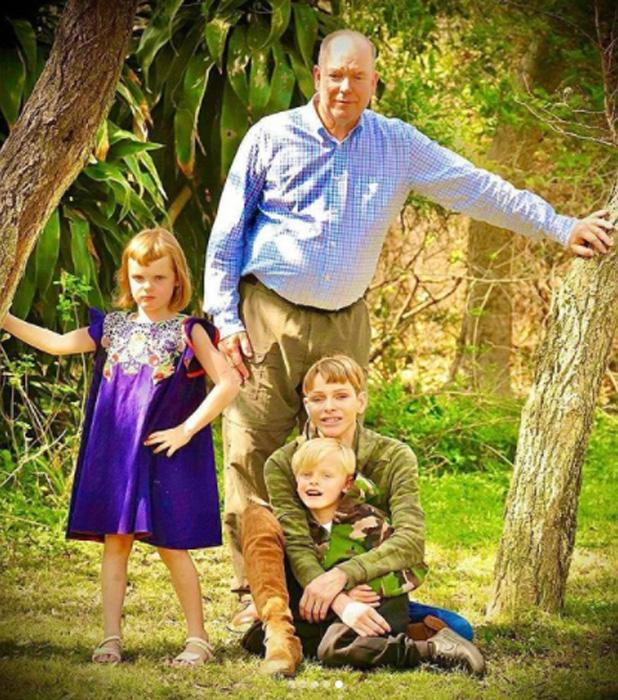 Charlene y Alberto de Mónaco con sus hijos