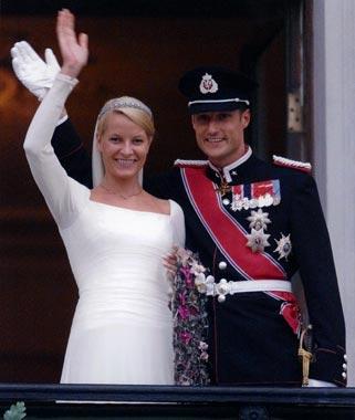 Los príncipes de Noruega saludan por primera vez desde el balcón real