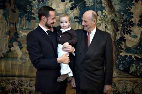 El rey Harald, el príncipe Haakon y la princesa Ingrid Alexandra, juntos en unas fotos históricas