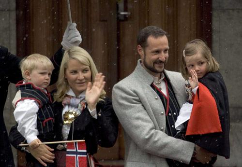Haakon y Mette-Marit de Noruega se ausentarán dos meses de su país para emprender con sus hijos un viaje de formación con destino desconocido