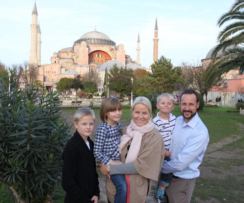 Haakon y Mette-Marit de Noruega felicitan la Navidad con algunas fotografías de la familia durante su viaje de formación